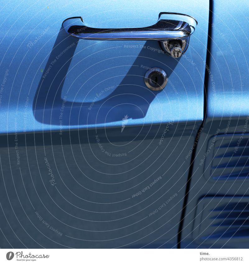 ParkTourHH21   Straßenrandbemerkung (1) blau autotür geschlossen verschlossen bügel schatten sonnig absatzkante schlitz deko druckknopf chrom lack glänzen