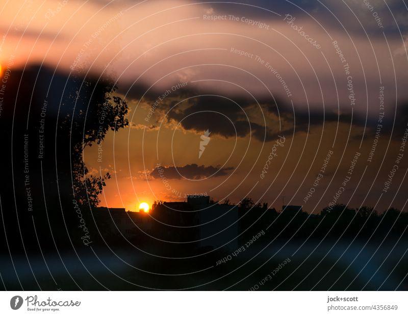 Abendsonne zwischen den Wolken Sonnenuntergang Sonnenuntergangshimmel Himmel Dämmerung Natur Sonnenlicht Umwelt Schönes Wetter Silhouette Inspiration