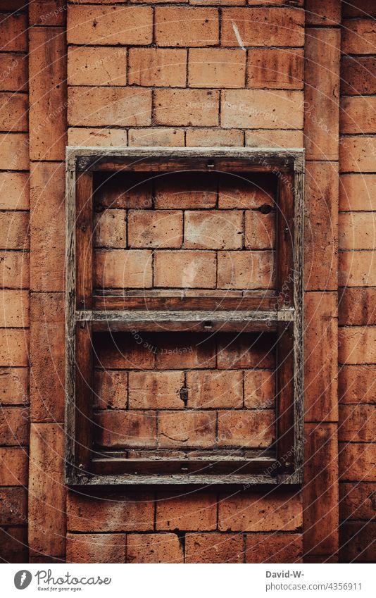Textfreiraum im Rahmen auf einer rustikalen Backsteinmauer alt Vintage Bilderrahmen Platzhalter Wand Kunst retro Design braun