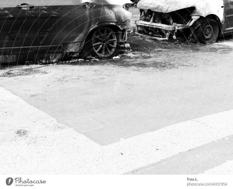 Totalschaden Auto PKW Straße Verkehrsmittel Fahrzeug brennen ausgebrannt angesteckt Brand