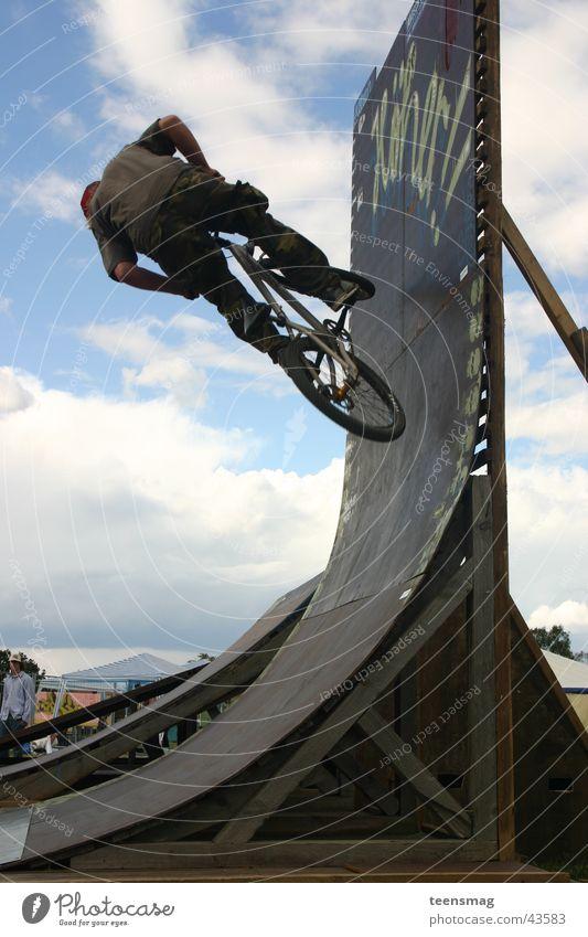 rampbiker Jugendliche Himmel blau Wolken Sport springen Fahrrad Rad BMX Halfpipe