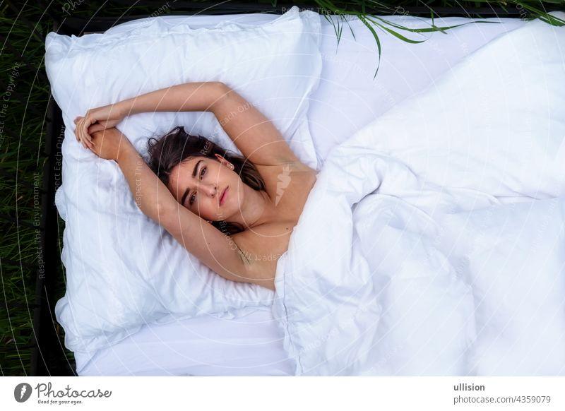 sexy Frau im Bett liegend, im Freien auf der Wiese Gras, Kopie Raum attraktiv Inhalt jung niedlich brünett Menschen Ansicht Top weiß oben von Schlafzimmer