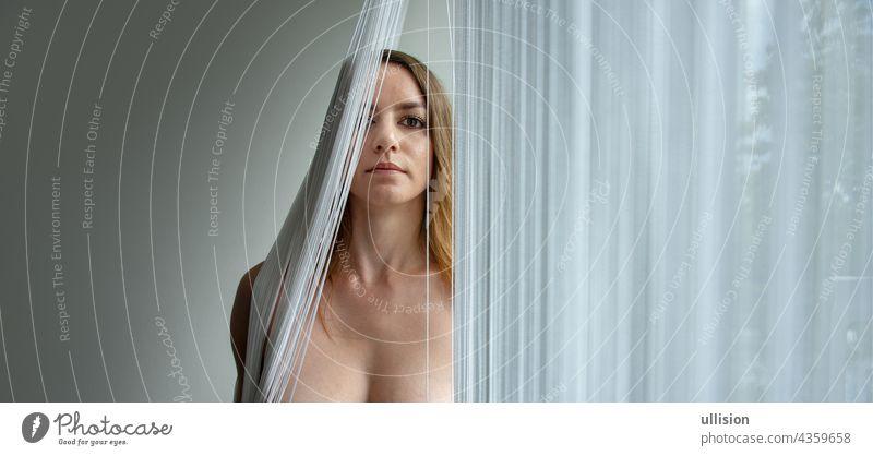farbiges Porträt einer jungen attraktiven Frau hinter einem Fadenvorhang mit Kopierraum, Platz für Text. Faser blind sexy schön fallen Mundschutz Kinn nackt