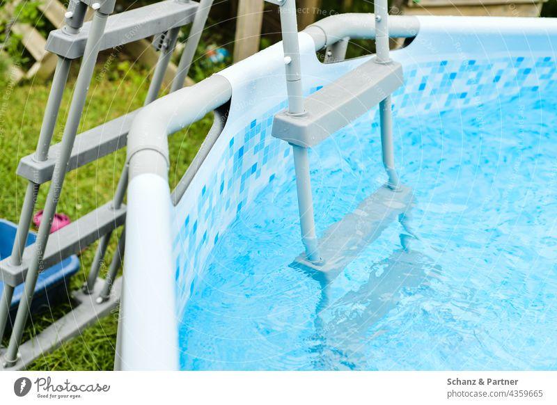 Poolleiter Swimmingpool schwimmen Garten Sommer Hitze Leiter Wasser blau Schwimmen & Baden Erfrischung Ferien & Urlaub & Reisen Außenaufnahme Farbfoto