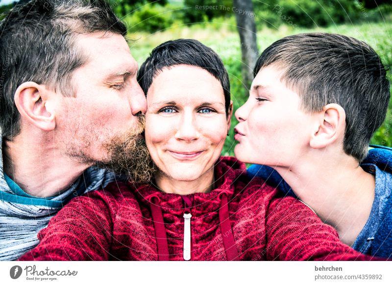 besetzt | wangen, herz und liebe lachen sanft Bart Nahaufnahme Kontrast Licht Tag Warmherzigkeit Paar zufrieden Küssen Zärtlichkeiten Gefühle zärtlich Berührung