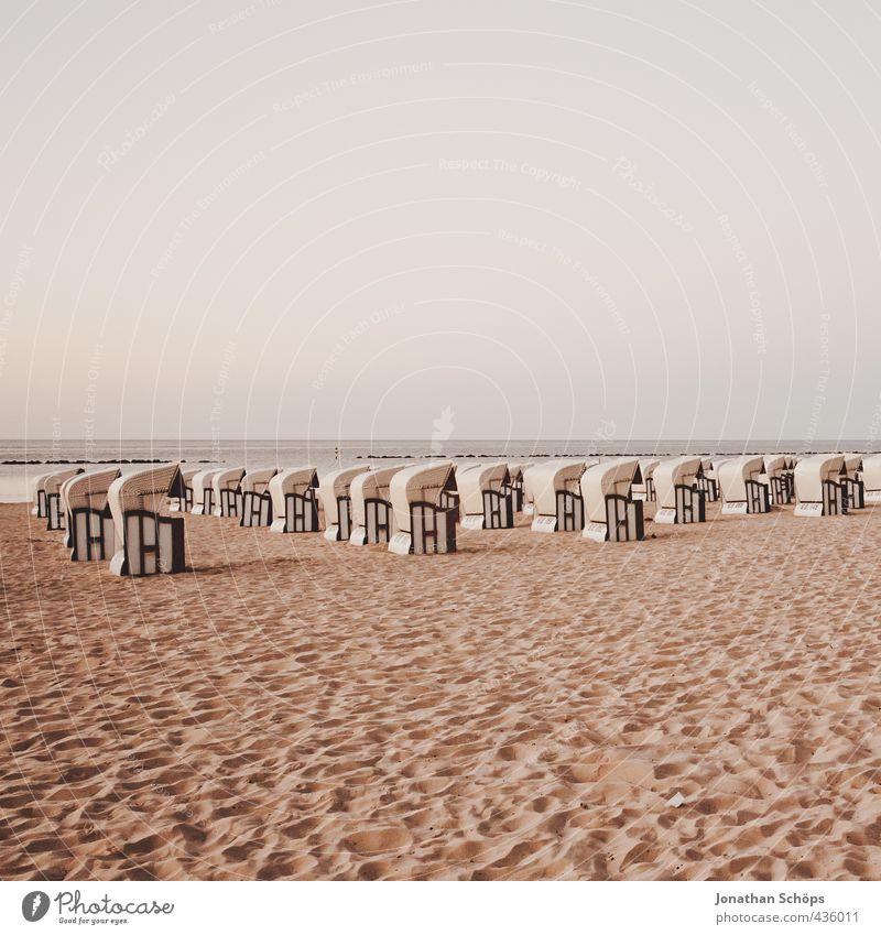 Strandkorbarmee I Himmel Ferien & Urlaub & Reisen Meer rot Landschaft Umwelt Horizont leer ästhetisch viele Mitte Ostsee ausdruckslos Menschenmenge flach