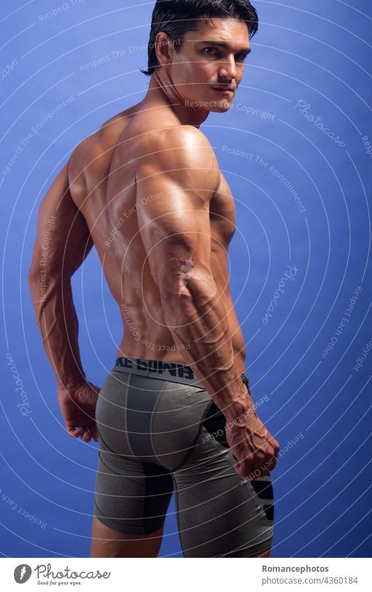 Der sexy Mann zeigt seinen muskulösen Körper. gutaussehend flott debonair Begierde wünschenswert Stück Typ männlich Bursche Kerl Sülze Bodybuilder Bodybuilding