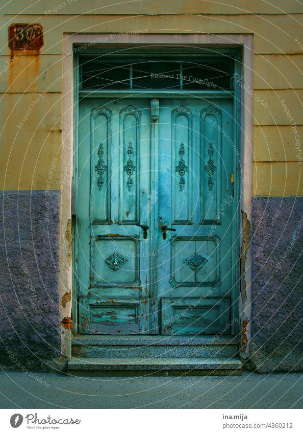 Türkise Türe und gelbe Fassade eines alten Hauses türkis Altbau blau nostalgisch Nostalgie Stadt Städtebau Altstadt Altstadthaus Gebäude Architektur Mauer