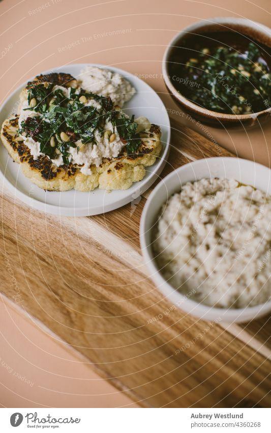 Blumenkohlsteak Präsentation Blogger Pfanne aus Gusseisen Koch Essen zubereiten Diner essen Lebensmittel Gesundheit heimwärts selbstgemacht Kale Küche gestampft