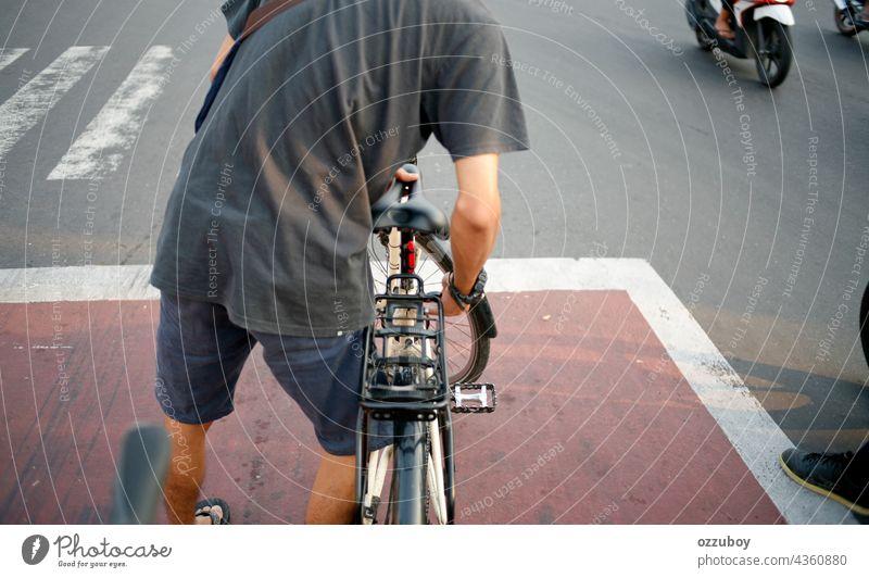 Radfahrer an der Ampel Person Fahrrad im Freien Straße Sport Fahrradfahren Aktivität Mitfahrgelegenheit Gesundheit Lifestyle Zyklus Seite Radfahren Übung