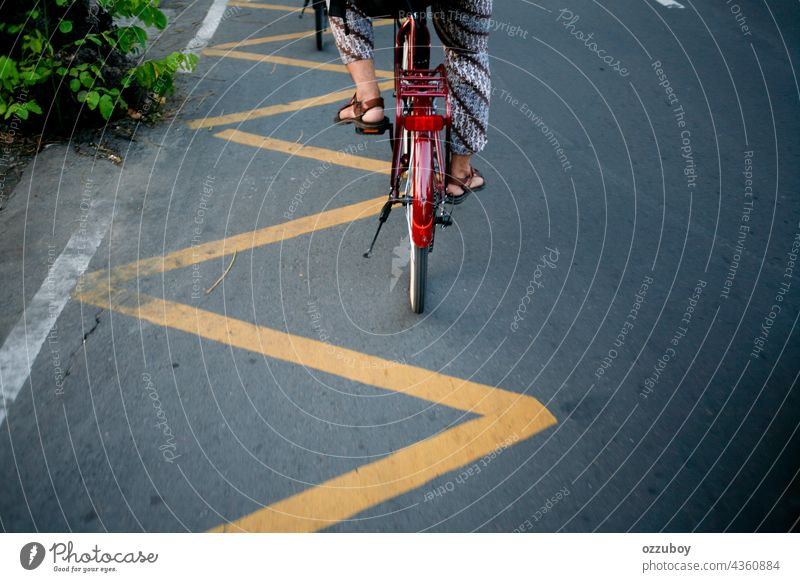 Radfahrer am Straßenrand Person Fahrrad im Freien Sport Fahrradfahren Aktivität Mitfahrgelegenheit Gesundheit Lifestyle Zyklus Seite Radfahren Übung trainiert.