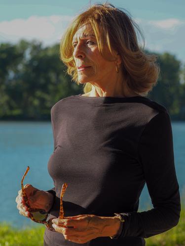 fitte, schwarz gekleidete Seniorin am See Frau Porträt Glück reif Menschen Kaukasier älter alt Lifestyle in den Ruhestand getreten schön Lächeln Person