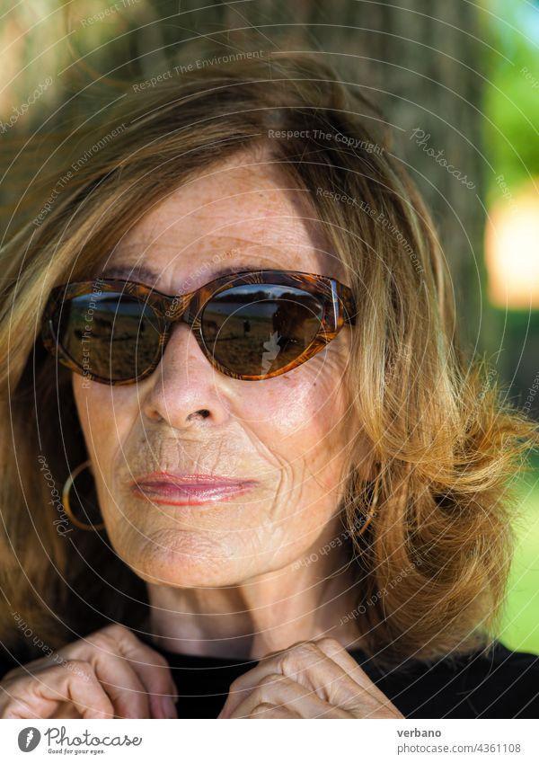 Porträt einer älteren Frau mit Sonnenbrille, im Freien Senior Glück reif Menschen Kaukasier alt Lifestyle in den Ruhestand getreten schön Lächeln Person