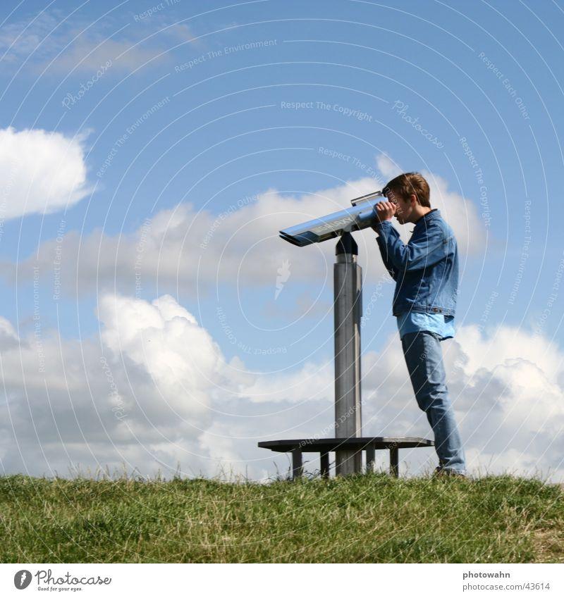 fernseher Mann Fernglas Deich Wiese emden Himmel blau Ferne