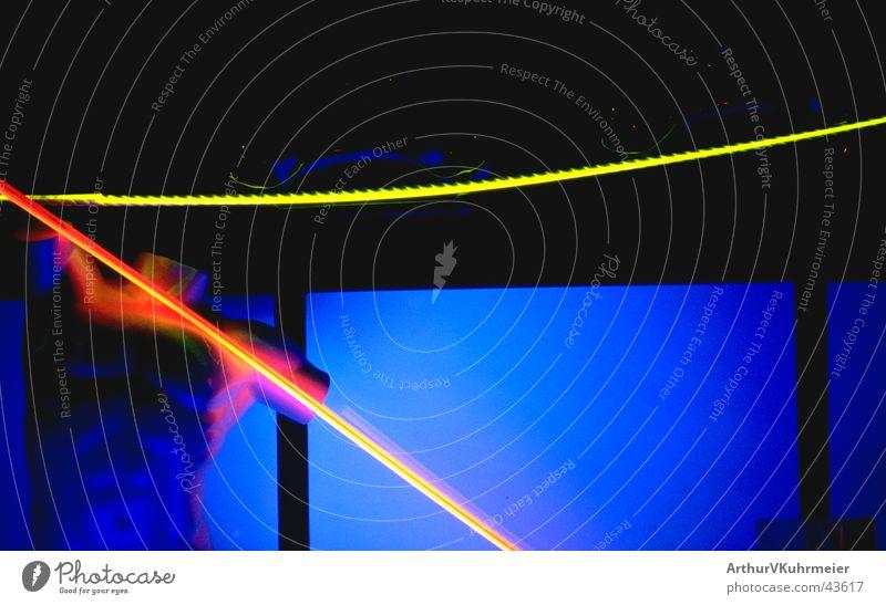Nachts scheint die Neonsonne Schaufensterpuppe Neonlicht Torso Lichtschlauch gelb rot obskur Kabel blau Beleuchtung