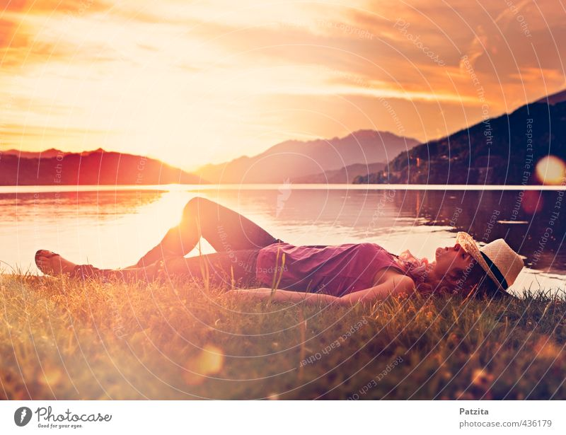 einfach nur schlafen Frau Mädchen liegen Sonnenuntergang träumen Wiese See Wasser Seeufer Strand Licht Reflexion & Spiegelung Lichteffekt Abend ruhig