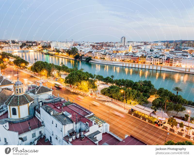 Luftaufnahme der Altstadt mit dem Fluss in Sevilla am Abend, Spanien Stadtbild Antenne beleuchtet Wasser Nacht alt Panorama Landschaft Ansicht Himmel blau