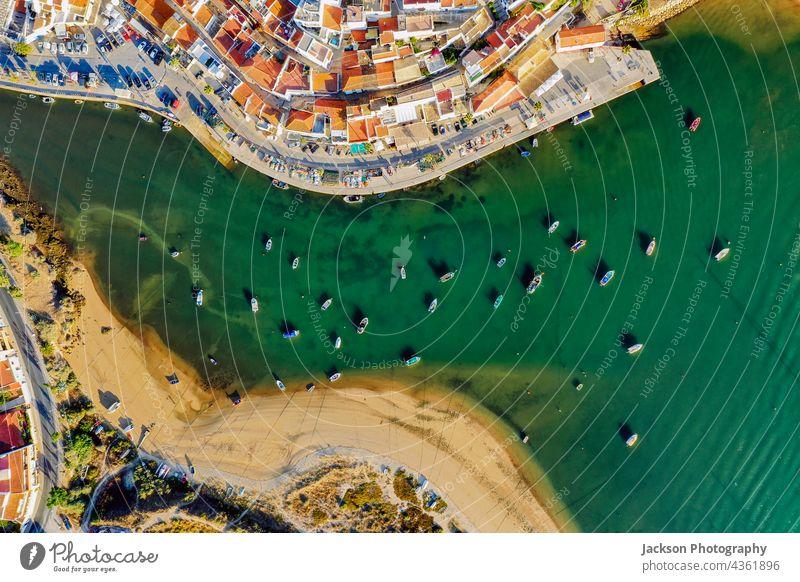 Stadtbild von Ferragudo am Fluss Arade aus der Luft, Algarve, Portugal Antenne arade Meer Architektur oben Top Küstenlinie Hafengebiet algarve portugal