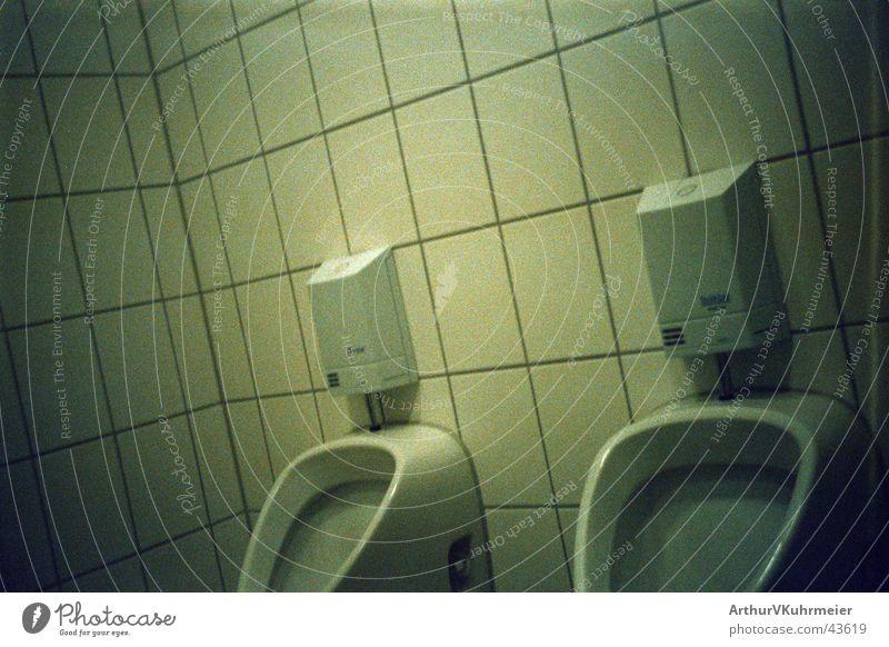 Puh, geschafft... Pissoir urinieren sanitär obskur Toilette Fliesen u. Kacheln Ecke