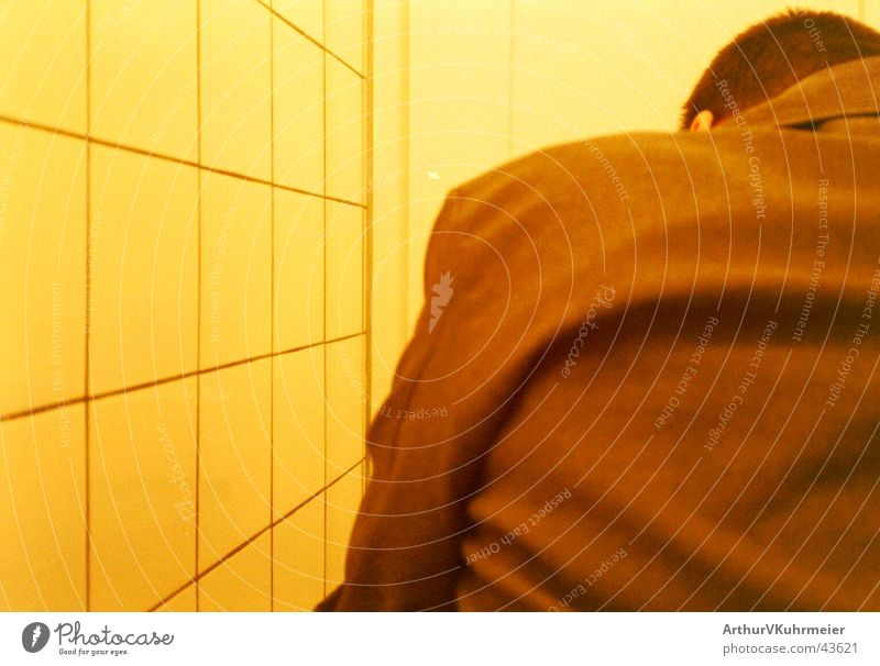 'was zu erledigen Mann Farbe gelb Erwachsene orange braun Rücken sitzen trist Bad nah Toilette Fliesen u. Kacheln trashig skurril machen