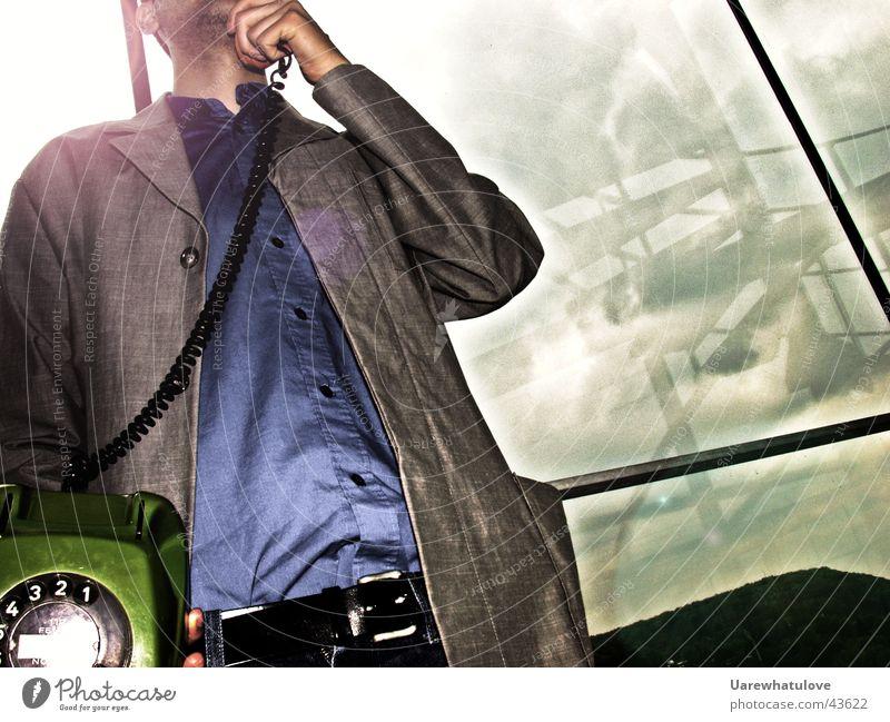 do the communication baby Telefon Anzug Fenster Gegenlicht Stil Gürtel Mann Geländer sprechen Detailaufnahme Bartstoppel Marsianer im background Telefongespräch