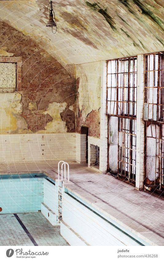 verlassen Fenster alt Menschenleer schäbig Olympisches Dorf 1936 Berlin Schwimmbad Schwimmhalle Autofenster Rost dreckig trainingshalle Putz ausdruckslos