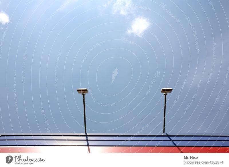 Fassadenbeleuchtung Fassadenverkleidung Strukturen & Formen Gebäude Blauer Himmel Lichtstrahler Beleuchtung Sonnenlicht Linien rot blau Außenbeleuchtung Lampe