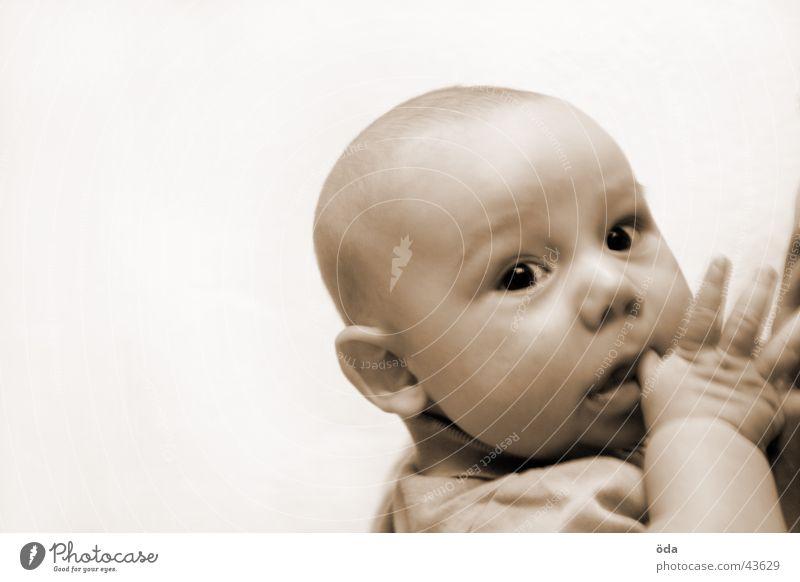 was guckst du Kind Kleinkind Baby Hand Gesicht Auge Kopf Blick Sepia