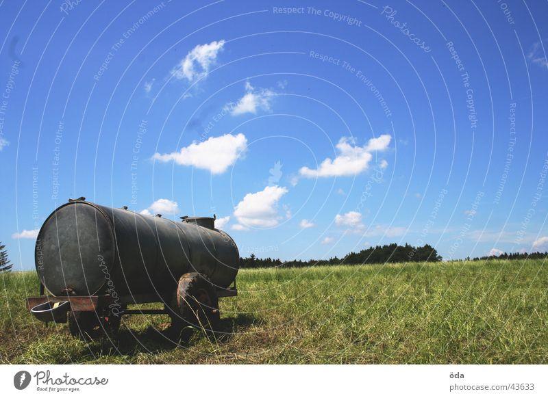 Anhänger mit Aussicht Wolken Gras Wiese grün Einsamkeit Gefolgsleute Eisenbahnwaggon Wasser Wasserstelle Himmel blau Landschaft