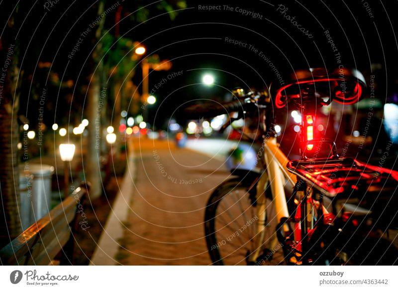 Fahrrad in der Seitenstraße bei Nacht Straße Großstadt Transport im Freien reisen Verkehr Licht urban Lifestyle beleuchtet Zyklus Sport dunkel horizontal