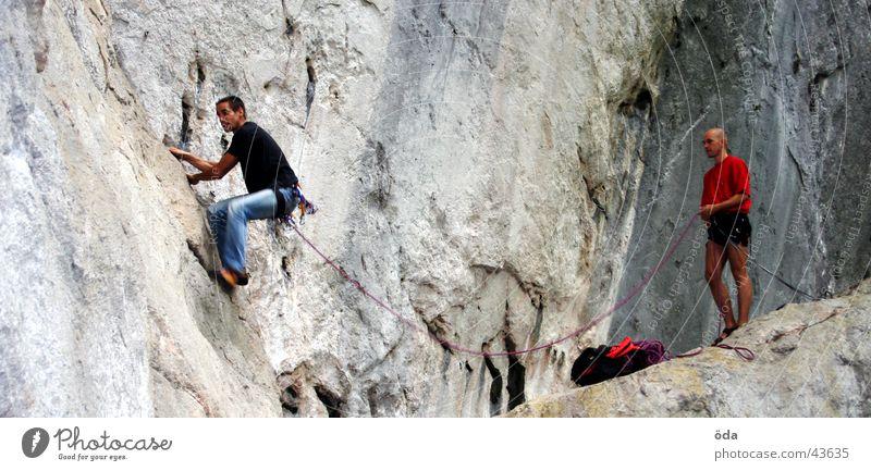 Klettern&Sichern Mann Bergsteigen Stein Seil Felsen gefährlich stehen bedrohlich fallen Sturz retten Sport Haken Mensch Extremsport