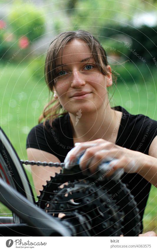 Junge Frau putzt die Kette ihres Fahrrads, draussen im Garten. teenager Erwachsene hübsch Putztuch putzen Rad radfahrer Radfahren rein Reinigen Reinheit