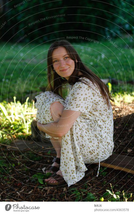 Neben der Sonne sitzen. Jugendliche Junge Frau Weiblichkeit weiblich feminin schön Erwachsene Gefühle natürlich ästhetisch authentisch jung Identität