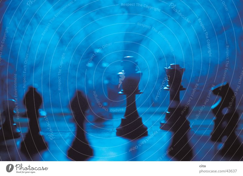 Schach matt blau schwarz dunkel Denken Nebel Turm Rauch Schachbrett Schachfigur Dinge