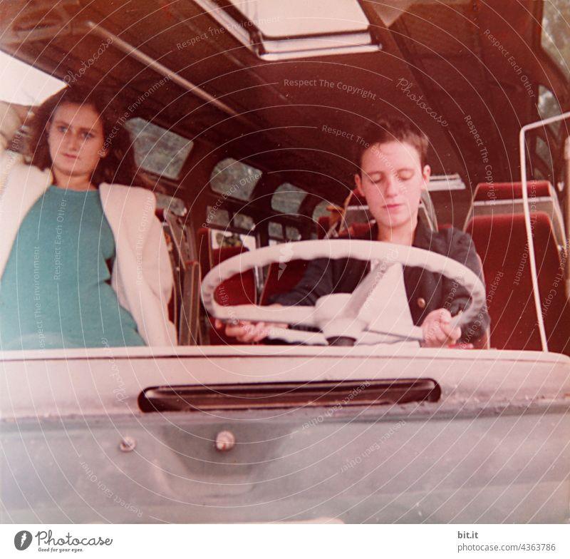 Zwischenräume l zwischen Lenkrad, Beifahrer & Fluchtfahrzeug Frau Frauen Junge Frau jung 80s Bus alt altehrwürdig Nostalgie nostalgisch analog fahren Fahrzeug