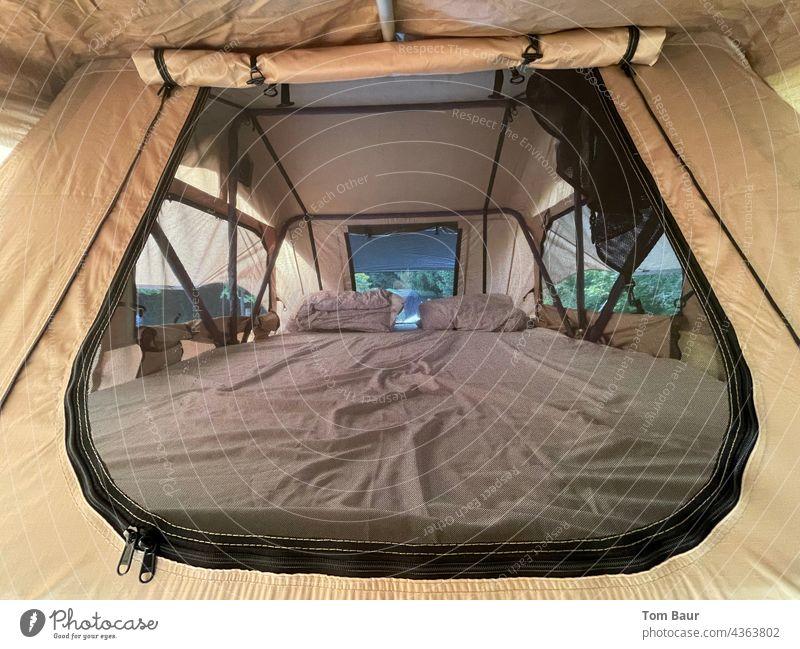 Blick in ein Dachzelt… Zelt dachzelt Camping Licht Ferien & Urlaub & Reisen wandern Abenteuer Außenaufnahme Landschaft Tourismus Berge u. Gebirge grün Ausflug