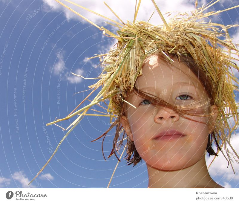 Jule Kind Himmel Sommer Gesicht Stroh