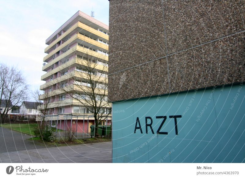 Ärztehaus Parkplatz Erste Hilfe Notarzt Krankenhaus Arzt Notfall Schilder & Markierungen Wand parken Gebäude Hochhaus Hinweisschild Schriftzeichen