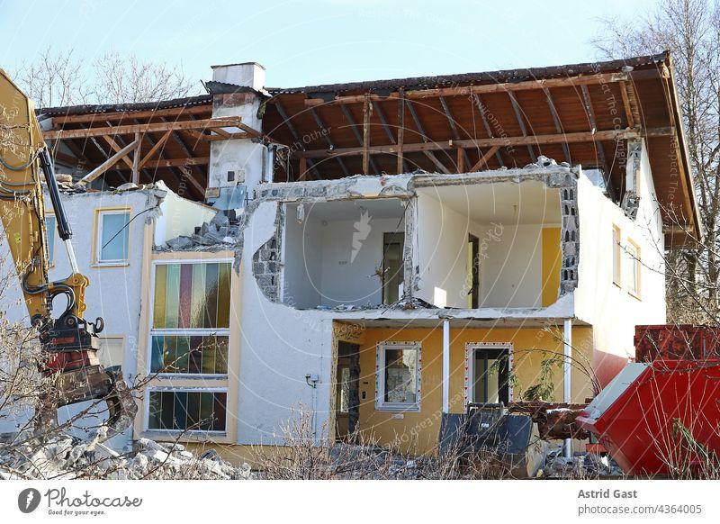 Abriss von einem beschädigten Haus in Deutschland haus bauwerk abriss wasserschaden hochwasser einsturz einsturzgefährdet erdbeben alt abreißen bagger