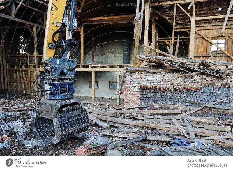 Abriss von einem beschädigten alten Haus in Deutschland haus bauwerk abriss wasserschaden hochwasser einsturz einsturzgefährdet erdbeben abreißen bagger