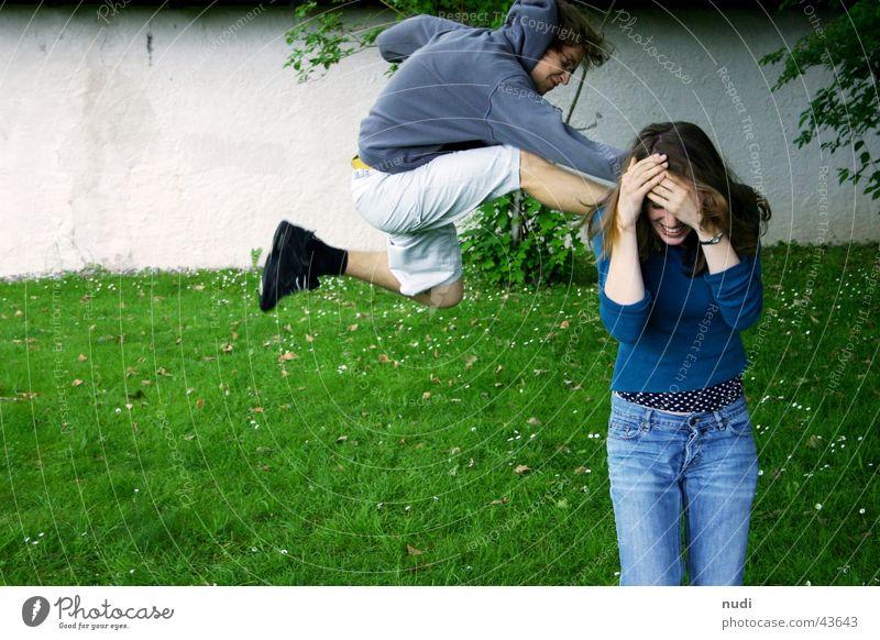 kick it Frau Mann grün blau schwarz springen Mauer Schuhe Angst Rasen Wut Pullover Schwung Kick