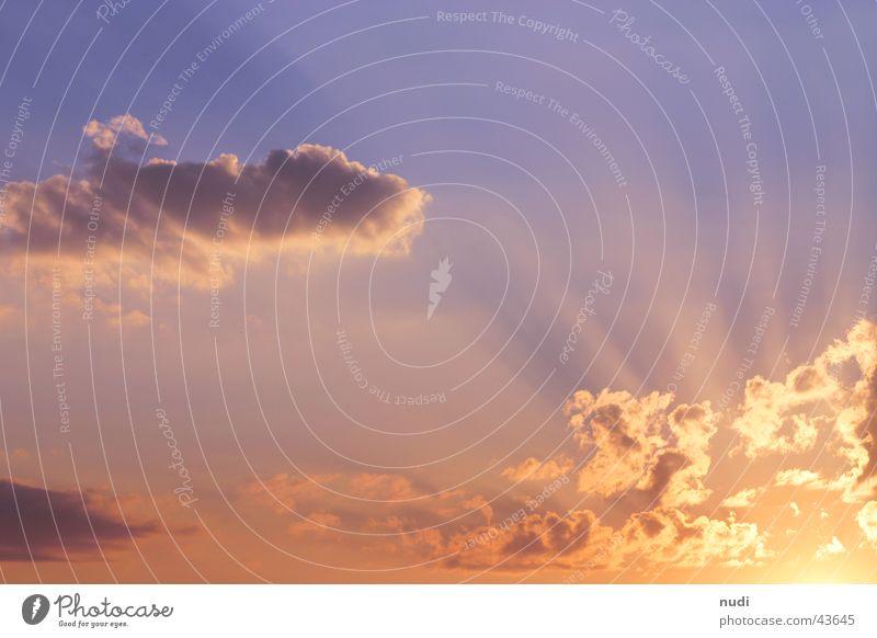 Ruhe Wolken Naturphänomene Abenddämmerung Lichtspiel violett gelb rosa Himmel Sonne Beleuchtung Kontrast orange
