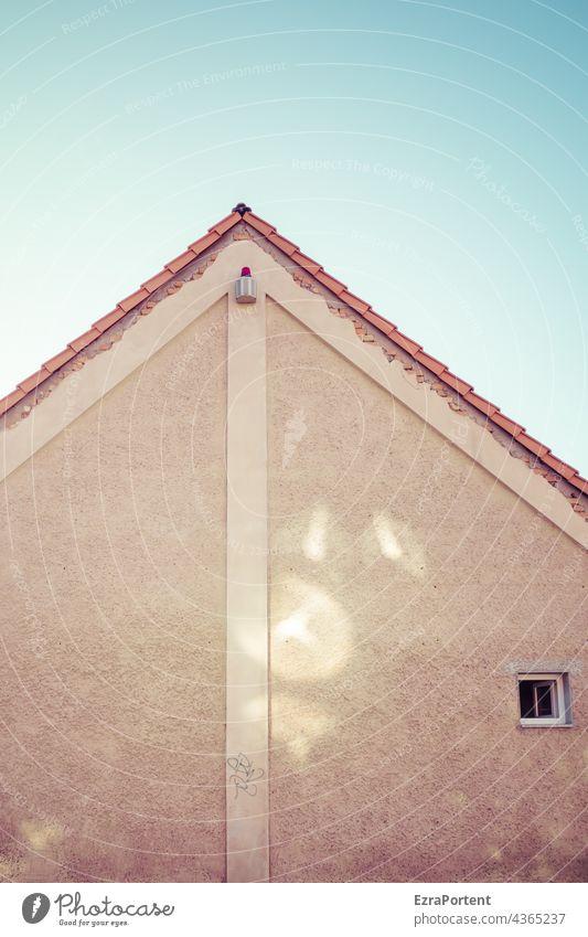 Alarm Haus Architektur Fassade Alarmanlage Fenster Giebel Wand Mauer Himmel Reflexion & Spiegelung Gebäude Bauwerk Sicherheit Linien