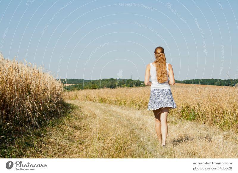 Sommerspaziergang Mensch Frau Natur Jugendliche Ferien & Urlaub & Reisen schön Sommer Sonne Landschaft Junge Frau Freude Ferne Erwachsene 18-30 Jahre feminin Freiheit