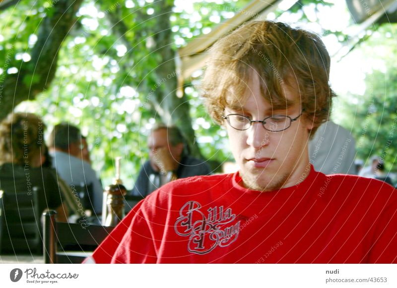 Am Rande der Gesellschaft Mann rot Einsamkeit Haare & Frisuren Traurigkeit Angst Trauer T-Shirt Brille Verzweiflung in der Ecke