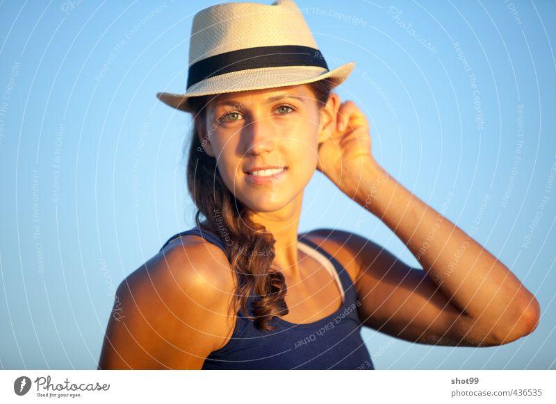 Frau mit Hut am Strand von Venice Beach Blick Lächeln Erholung genießen Tanktop blau Ferien & Urlaub & Reisen Kalifornien Los Angeles USA Wasser Sand Abendsonne