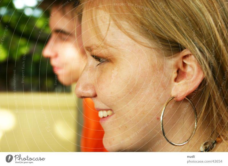 La belle Frau blond Hintergrundbild Wange Unschärfe Zufriedenheit schön von der Seite lachen Nase Auge Gesicht Mund Ohr Glück Zähne
