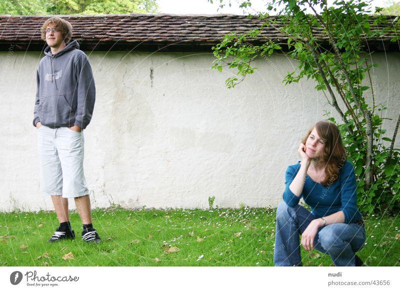 vielleicht dann morgen Frau Mann Ferne Gras Mauer Denken Freundschaft Stimmung Zukunft stehen Sträucher
