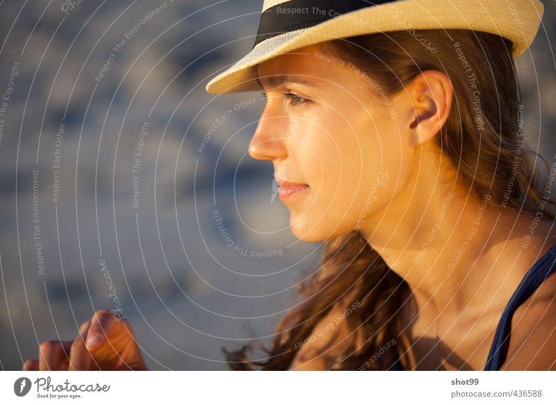 Frau mit Hut am Strand von Venice Beach Blick Lächeln Gesicht Erholung genießen Tanktop blau Ferien & Urlaub & Reisen Kalifornien Los Angeles USA Wasser Sand