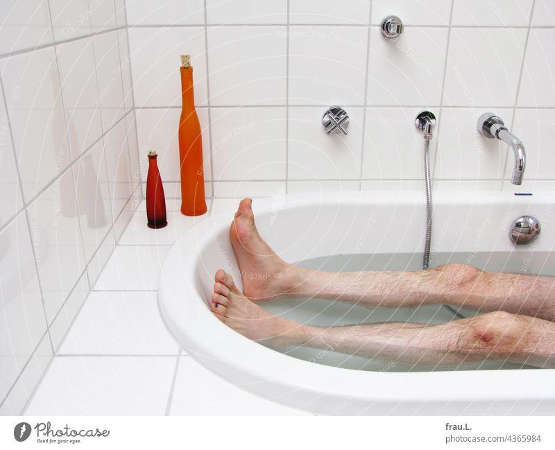 In der Badewanne liegen Mann baden Beine Erholung Wasser Sauberkeit Körperpflege Badezimmer Wellness